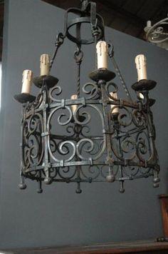 Superbe lustre de style médiéval en fer forgé. Cette image a été trouvée sur internet. Les Artisans du Lustre peuvent s'inspirer de ce lustre pour vous en proposer un similaire: www.i-lustres.com