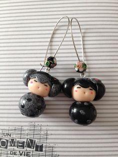 matériaux utilisés : métal argenté, breloques, perles  Magnifique  paire de boucles d'oreilles pendantes en dormeuses agrémentées de jolies breloques Kokeshi en fimo de cou - 15996332