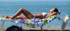 In zon om vitamine-D aan te maken. Vervolgens een chemisch middel, genaamd 'zonnebrand' opsmeren om huidkanker te voorkomen.. Vitamine D is de essentiële sleutel voor het stimuleren van het immuunsysteem in het menselijk lichaam. En dat immuunsysteem kan meteen aan de slag dus..!