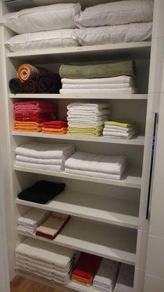 Sou apaixonada por roupa de cama e banho. Quando tenho que organizar um roupeiro, dou pulos de alegria, amo o perfume das roupas e o toque fofinho das toalhas. Roupa de cama organizada é lindo de se ver! Aqui em casa elas ficam guardadas no alto dos armários, em prateleiras acima dos cabideiros. Ainda, eu…