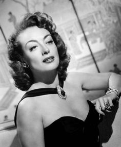Joan Crawford as Daisy Kenyon Golden Age Of Hollywood, Vintage Hollywood, Hollywood Glamour, Classic Hollywood, Hollywood Style, Joan Crawford, Cabello Pin Up, Hair Movie, 1940s Hairstyles