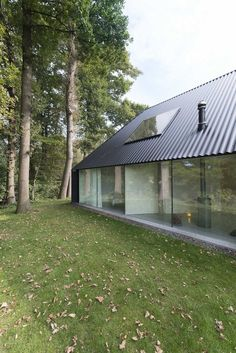 Barend Koolhaas' triangular house has blackened timber walls Residential Architecture, Interior Architecture, Timber Walls, Timber House, Design Exterior, Garage Design, Casas Containers, Minimal Home, Modern Barn