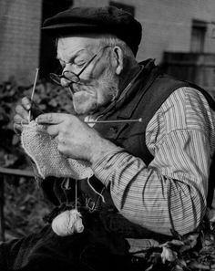 Elderly Man Knitting Garments During Drive to Provide Goods to Servicemen During the War Photographic Print – socken stricken