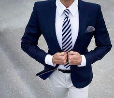 Blauer Anzug auf weißem Hemd mit passender Krawatte
