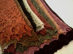 great link to patterns for a dozen shawls