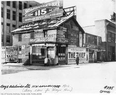 Old photos of Toronto allow us to revisit the past of a city with very interesting history. Toronto Pictures, Cool Pictures, Amazing Photos, Old Images, Old Photos, Toronto Ontario Canada, Toronto City, Adelaide Street, Building Signs