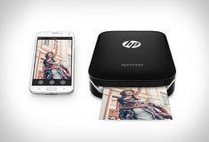 HP Sprocketé uma pequena impressora portátil que permite imprimir instantaneamente as fotos de sua escolha que você acabou de tirar com o seu smartphone.Pequena (cabe na palma da sua mão) e leve para garantir a portabilida