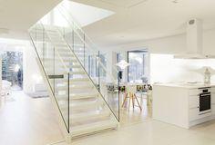 Kauniilla vaalealla sisutuksella toteutettu yksityisasunto johon valmistettu SP200 portaat sekä ylös tasokaiteet. #habitare2015 #design #sisustus #messut #helsinki #messukeskus