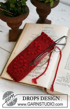 """Crochet DROPS spectacle case for Christmas in """"Cotton Viscose"""" and """"Glitter"""". ~ DROPS Design"""
