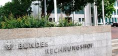 Warum beauftragt die Bundeswehr einen Autohändler damit, ein Luftkissenboot zu bauen? Warum stellt das Militär Sonnencreme in Eigenregie her? Der Bundesrechnungshof hat Verschwendungen von Steuergeldern in Millionenhöhe aufgedeckt - und mahnt den Staat zum Sparen.