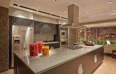 Cozinha Bola da Ornare com acabamento em laminado preto Nero com ilha é o grande destaque do ambiente de Oscar Mikail - Casa Cor SP 2014.