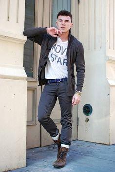 Dunkelgraue Strickjacke Mit Schalkragen, Weißes T-Shirt mit V-Ausschnitt, Dunkelgraue Jeans, Braune Lederstiefel für Herren