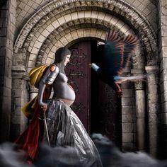 """Reales guerreras -Leonor de Aquitania (1122-1204) """"El Águila"""" Fue una reina de alto espíritu y carácter, acompañada de mujeres que se unieron en las cruzadas, poniendo armaduras sobre sus vestidos. Leonor vistió en pecho y embarazada durante esas luchas. Le decían el águila porque extendió sus alas sobre dos reinos, Francia e Inglaterra. La imagen busca rescatar esos puntos de su vida."""