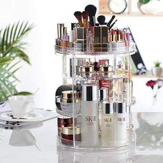 360°-ban forgatható, kis rekeszekkel és kivehető tálcákkal rendelkezik, ami megkönnyíti a sminktermékek rendben tartását. Mindent elhelyezhetsz benne, amire szükséged van: arckrémeket, alapozókat, púdereket, rúzsokat, pirosítót, parfümöket, dezodorokat, körömlakkokat, ékszereket stb. Cosmetics Display Stand, Cosmetic Display, Cosmetic Storage, Lipstick Box, Lipstick Holder, Makeup Organization, Storage Organization, Organizing Shoes, Bathroom Organization
