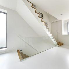 Zwarte design trap staal met strakke leuning langs de muur metalen trappen pinterest - Moderne trap kwartslag ...