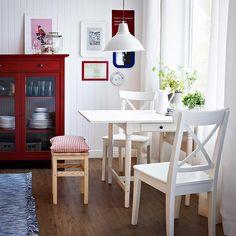 Mesa de abas rebatíveis INGOLF, para 2-4 pessoas, com cadeiras brancas INGOLF e banco ODDVAR em madeira maciça