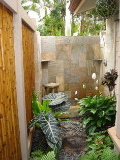 Outdoor Bathrooms 658018195543215521 - Master bathroom outdoor shower Source by natachaavaby Outdoor Toilet, Outdoor Baths, Outdoor Bathrooms, Rustic Bathrooms, Indoor Outdoor, Outside Living, Outdoor Living, Outside Showers, Outdoor Showers