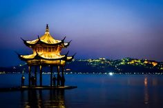 Chine Hangzhou Lac de l'Ouest - Night view of West Lake in Hangzhou Photo by Sandro Enriquez — National Geographic Your Shot - One of the most beautiful cities in China