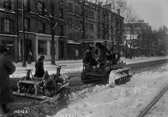 This is the 1919 French version of a snow plow. | A Look At Paris Under The Snow In The Early 1900s