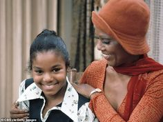 """Actresses Janet Jackson and Ja'net Dubois appear in a scene from the CBS television comedy series """"GOOD TIMES"""" in 1974 in Los Angeles, CA. Get premium, high resolution news photos at Getty Images Jo Jackson, Jackson Family, Michael Jackson, Paris Jackson, Ja Net Dubois, Good Times Tv Show, Norman Lear, Tv Moms, Essence Festival"""
