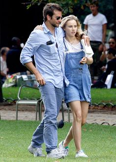 Bradley Cooper & Suki Waterhouse Snuggle in Paris Park!: Photo Bradley Cooper and his girlfriend Suki Waterhouse spend a romantic afternoon together relaxing in a park on Sunday (August in Paris, France. Hollywood Couples, Celebrity Couples, Celebrity Style, Bradley Cooper Dating, Bradley Cooper Girlfriend, Trending Celebrity News, Suki Waterhouse, Double Denim, Celebs