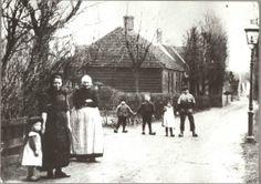 Krommenie Krommeniedijk Dorpsbeeld van Krommeniedijk rond de eeuwwissseling, buurtbewoners in Zaanse klederdracht. ca 1900 Zaans Archief #NoordHolland #Zaanstreek