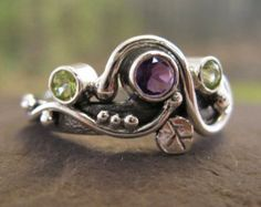 anillo de piedra de luna arco iris con plata esculpido. Luna
