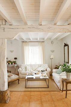 Realzar el techo Paredes y techo de vigas se encalaron de blanco para dar mayor altura, ampliar el espacio y aportar luz. La chaise longue,...