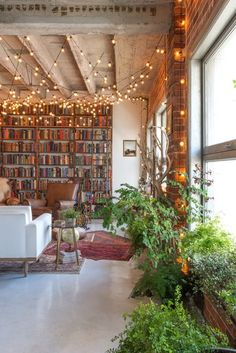 Small book-filled loft in downtown Los Angeles offers a magical aesthetic für lesezimmer Small book-filled loft in downtown Los Angeles offers a magical aesthetic Rustic Loft, Modern Rustic, Downtown Los Angeles, Apartment Design, Apartment Therapy, Apartment Plants, Bedroom Apartment, Loft Apartment Decorating, Studio Apartment