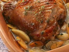 Schweinebraten aus dem Römertopf Rezept | EAT SMARTER