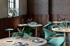 2387-UMAGE-Asteria-Move-LED-Bordlampe-Forest-Green_m4 Circle Dining Table, Modern Table, Wooden Tables, Restaurant Design, Solid Oak, Small Spaces, Modern Design, House Design, Interior Design