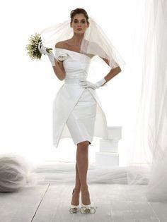 Abito corto in faille di seta con scollo asimmetrico e gonna a tulipano. Silk faille dress with asymmetrical neckline and tulip skirt.