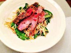 EAT Thai rare beef noodle @ 169 calories Feta Salad, Salad Bowls, Low Calorie Salad, Eat Thai, Super Greens, Beef And Noodles, Meat, Chicken, Food