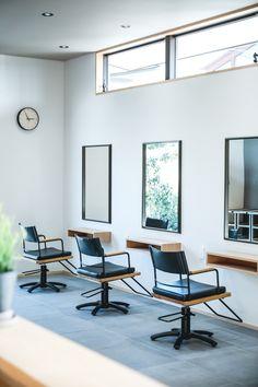 ヘアサロンのセット面。 Salon Interior Design, Gray Hair, Barbershop, Salons, Conference Room, Glow, Table, Furniture, Home Decor