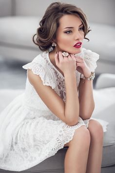 White Lace Dress: I really like this for the hair and make up the dress Is really pretty also Glamour, Moda Chic, Braut Make-up, Dress Me Up, Pretty Dresses, Frilly Dresses, Sexy Dresses, Prom Dresses, White Lace