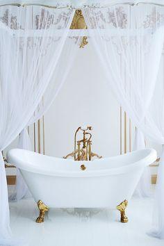 Elegant traditional bath tub