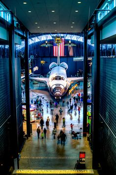 Space Shuttle orbiter Discovery (OV-103) at the Udvar-Hazy Center of the Smithsonian Air & Space Museum, Washington DC