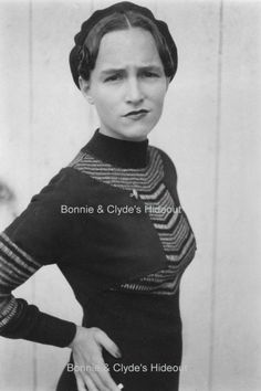 American Criminal, Bonnie Parker, posing for Clyde Barrow--of Bonnie & Clyde fame. Bonnie Parker, Bonnie Clyde, Bonnie And Clyde Death, Bonnie And Clyde Photos, Gangsters, Vintage Photographs, Vintage Photos, Famous Outlaws, The Babadook