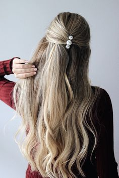 I'm so excited to share today's hair tutorial, and it& fall hairstyles. These hairstyles were inspired by the fall hair trends I noticed on the models during this year's NYFW. The hair was simple, effortless, and hair accessories were the main focus. Diy Hairstyles, Hairstyles 2018, Hairstyle Ideas, Easy Hairstyle, Hairstyles With Headbands, Easy Homecoming Hairstyles, Amazing Hairstyles, Blonde Hairstyles, Baddie Hairstyles