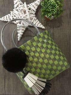 SOIE   Asesoría de Imagen   Collares   Colombia - Tienda Online   Zuncho Bag Green Light & Dark @soie_co SOIÈ SOI•È #soie Green Bag, Light In The Dark, Collars, Winter Hats, Gift Wrapping, Gifts, Bags, Dark To Light, Green Handbag