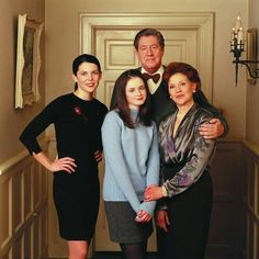 Net Image: Gilmore Girls - Season One Cast Promo Shoot Photo ID: . Picture of Gilmore Girls - Latest Gilmore Girls Photo. Gilmore Girls Seasons, Watch Gilmore Girls, Gilmore Girls Fashion, Best Tv Shows, Favorite Tv Shows, Movies And Tv Shows, Favorite Things, Stars Hollow, Roll Ups