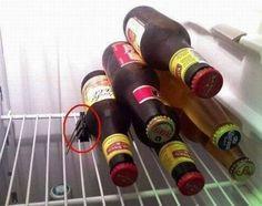 Gebruik een klipje om flesje gestapeld te houden in de koelkast.