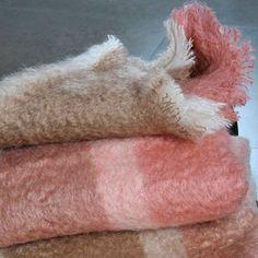 Mohairdecke mehrfarbig (creme/ flamingo) gibt's bei milchmädchen.design
