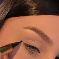 Winged eyeliner tutorial - Les images impressionnantes de make up yeux - Makeup Eye Looks, Eye Makeup Tips, Eyebrow Makeup, Makeup Videos, Makeup Trends, Skin Makeup, Eyeshadow Makeup, Beauty Makeup, Shimmer Eyeshadow