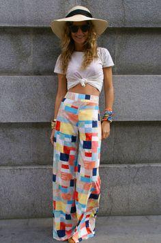 calça_pantalona_estampada_looks_praia_dicas_chapeu_camiseta_com_nozinho_tendencia_pantalona