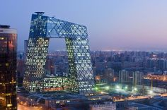 """Scheerens Entwurf für das Hauptquartier des chinesischen Staatsfernsehens wurde von Kritikern als """"Bau des Bösen"""" und """"Denkmal des babylonischen Größenwahns einer Diktatur"""" bezeichnet. Die Einwohner von Peking nennen ihn """"big pants"""" (dt. große Hose)."""