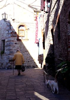 Old woman - San Gusmé - Tuscany - travel