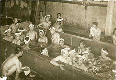 朝日新聞デジタル写真特集「「この世界の片隅に」舞台を巡る」の「一日でもっともなごむ時間。入浴を楽しむ呉海兵団の新兵たち=1937(昭和12)年(45/62)」