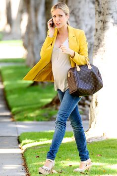 On the go and the epitome of sunshine in a statement jacket, Kristin Cavallari again showed off her baby bump in this pair of skinny maternity jeans, keeping her usual It-accessories at the forefront of her wardrobe.