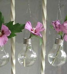 Lâmpadas queimadas tem seu destino certo: água e flores! Recicle suas lâmpadas queimadas transformando-as em vasinhos pequenos para serem penduradas. Curtiu?